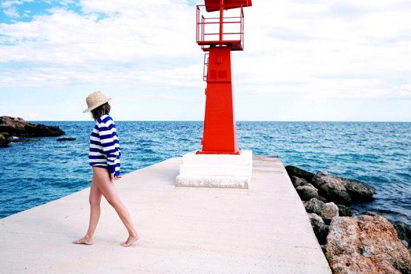 Modelo con jersey marinero de rayas azules posando de espalda