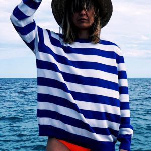 Modelo con jersey marinero de rayas azules marca Just The Sea posando de frente