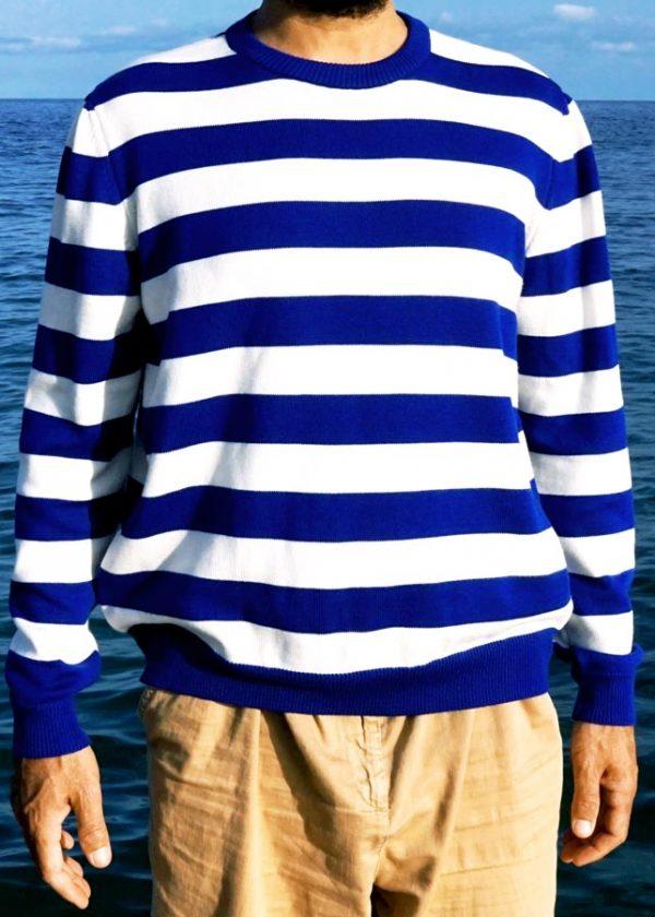 Modelo con jersey marinero de rayas azules posando de frente