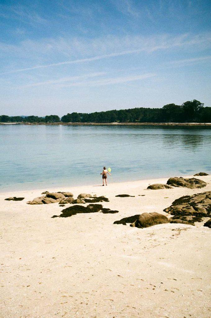 Fotografía de Miriam Barral de una persona en la costa de O Grove en Pontevedra. Serie fotográfica Na beira. Convocatoria Periplos de Just The Sea