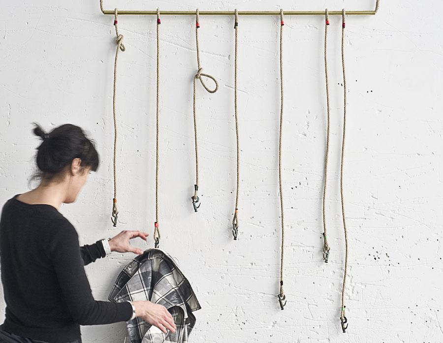 Colgadores fabricados con garruchos de velas de barco atados a cabos de cáñamo por Dvelas para Just The Sea