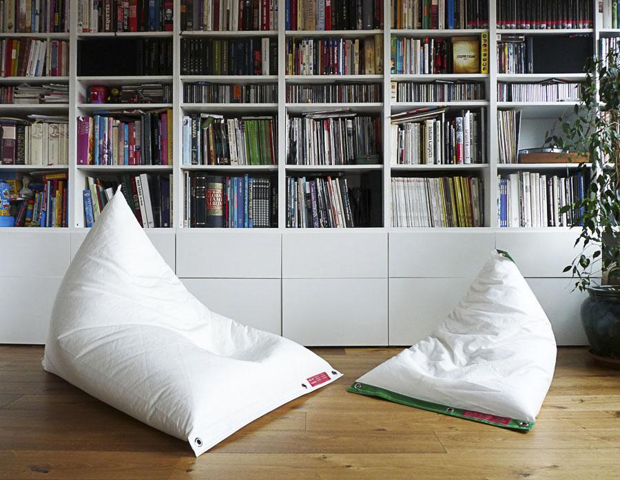 Dos sofás Génois de Dvelas. Un saco-puf de lo más comfortable y versátil fabricado con partes de velas génois de barcos. Apto tanto para interiores como exteriores.