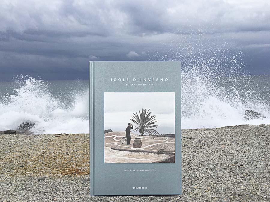 Cubierta del libro Isole D'Inverno de Federica Di Giovanni en un rompeolas
