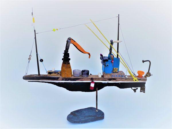 Alberto Marco escultura con objetos encontrados en la orilla del mar