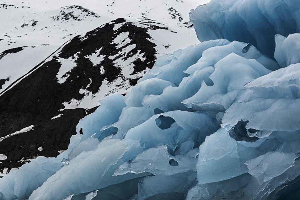Nuria Murillo nos lleva a Svalbard con su serie de fotografías Blanco, Negro y Azul en este periplo para Just The Sea