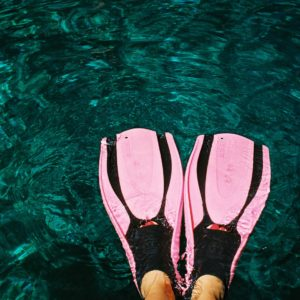 Aletas rosas fotografía agua